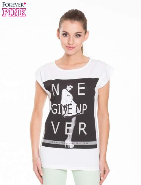 Biały t-shirt z modowym nadrukiem