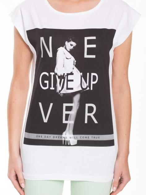 Biały t-shirt z modowym nadrukiem                                   zdj.                                  2