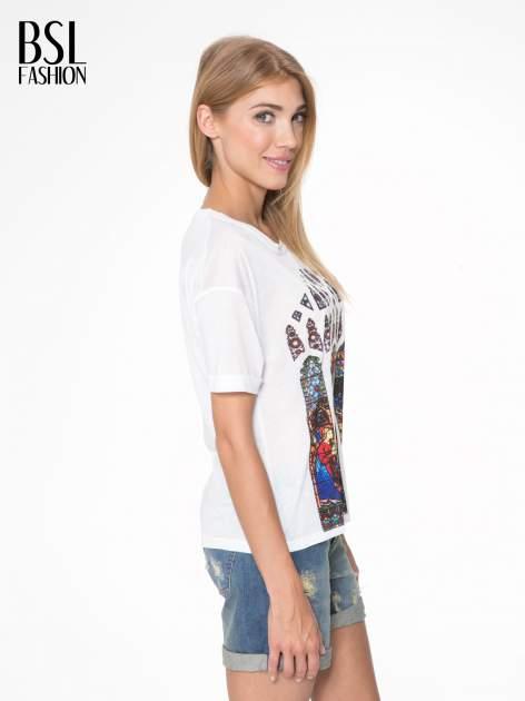Biały t-shirt z motywem religijnym                                  zdj.                                  3