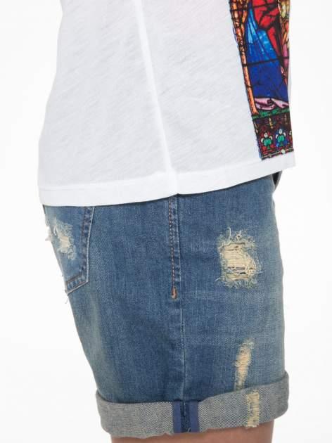 Biały t-shirt z motywem religijnym                                  zdj.                                  9