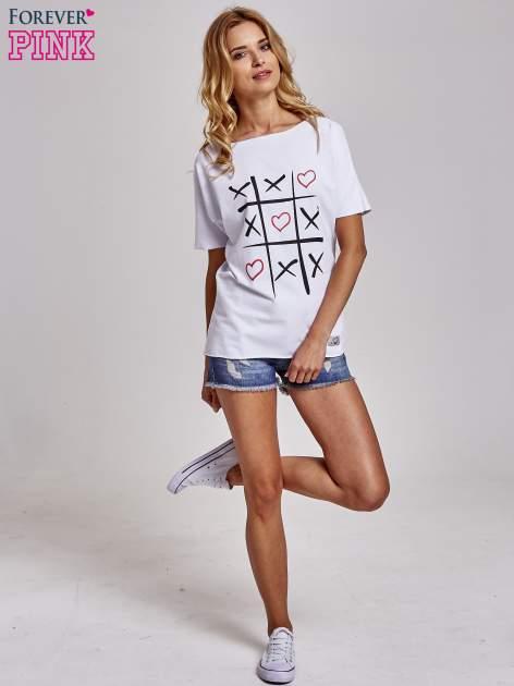 Biały t-shirt z motywem serce i krzyżyk                                  zdj.                                  2