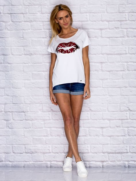 Biały t-shirt z motywem ust                                  zdj.                                  4