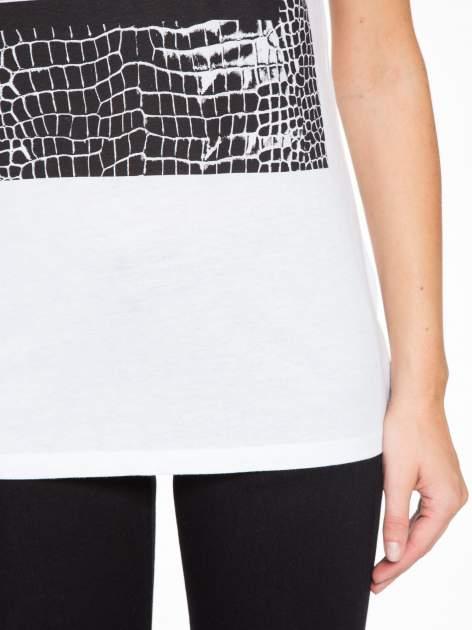 Biały t-shirt z motywem zwierzęcym                                  zdj.                                  7