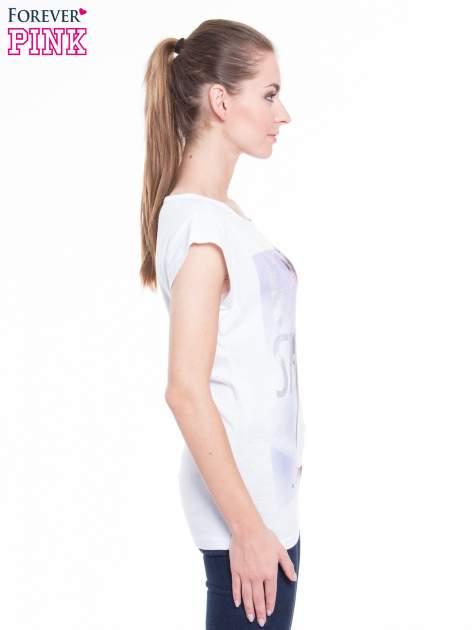 Biały t-shirt z nadrukiem fashion                                  zdj.                                  2