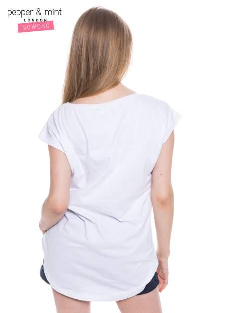 Biały t-shirt z nadrukiem i wydłużanym tyłem                                  zdj.                                  3
