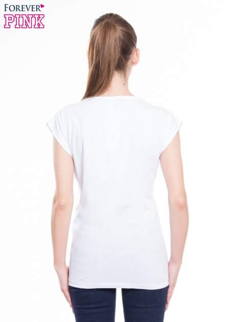 Biały t-shirt z nadrukiem kobiety i napisem NEVER DOUBT                                  zdj.                                  3