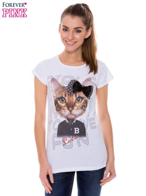 Biały t-shirt z nadrukiem kotki z kokardą