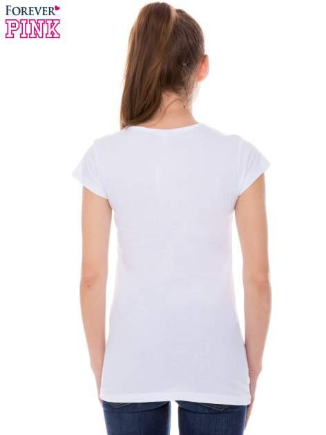 Biały t-shirt z nadrukiem kotki z kokardą                                  zdj.                                  3