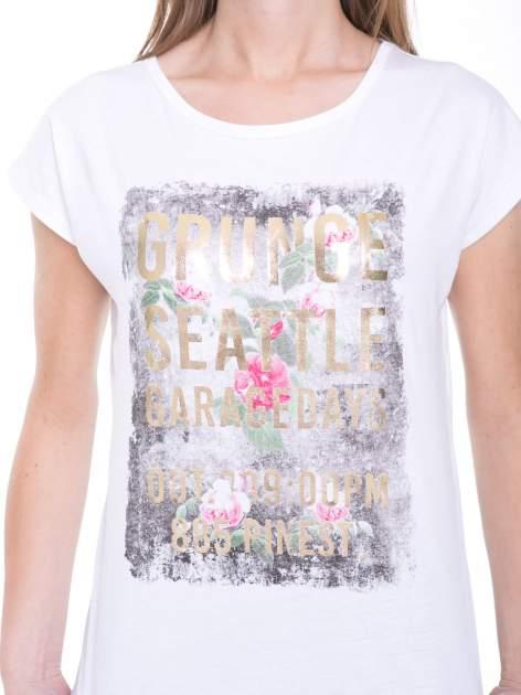 Biały t-shirt z nadrukiem kwiatowym i złotym napisem GRUNGE                                  zdj.                                  6