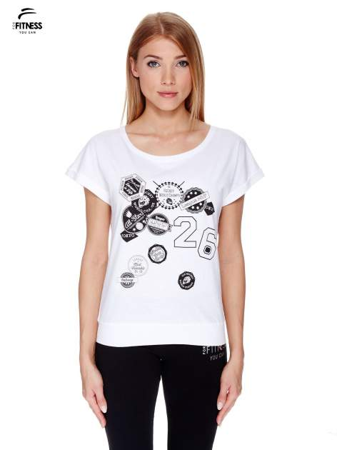 Biały t-shirt z nadrukiem naszywek