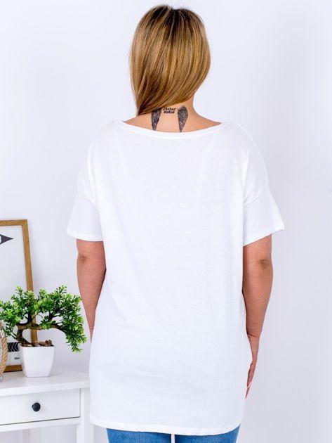 Biały t-shirt z nadrukiem naszywek PLUS SIZE                                  zdj.                                  2