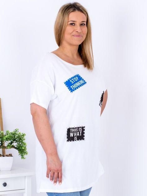 Biały t-shirt z nadrukiem naszywek PLUS SIZE                                  zdj.                                  3