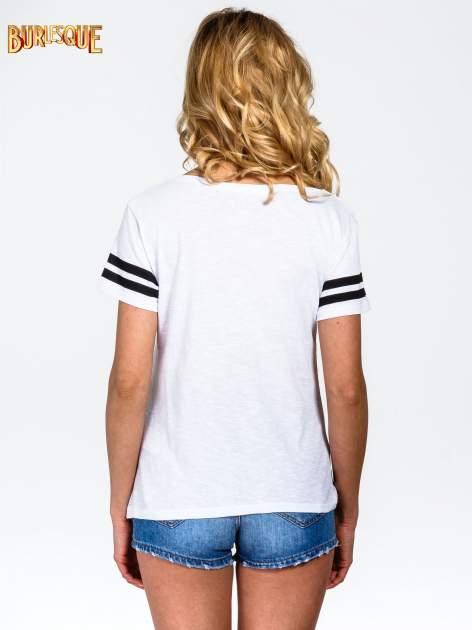 Biały t-shirt z nadrukiem numerycznym w stylu baseball                                  zdj.                                  4