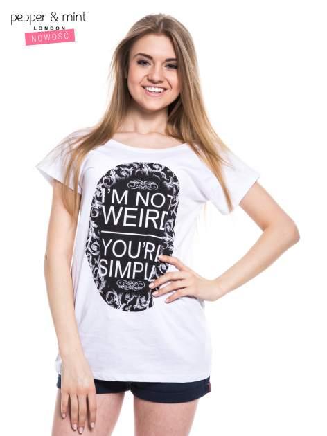 Biały t-shirt z nadrukiem tekstowym i dekoltem na plecach