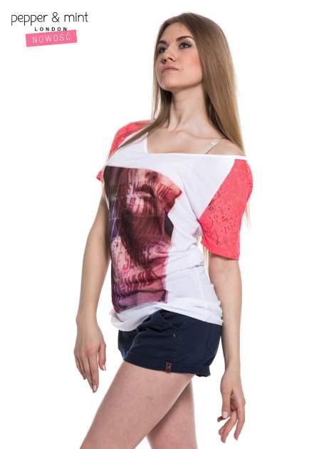 Biały t-shirt z nadrukiem twarzy i różowymi koronkowymi rękawami                                  zdj.                                  3