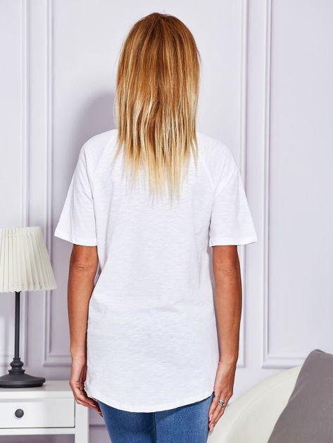 Biały t-shirt z nadrukiem ust                              zdj.                              2