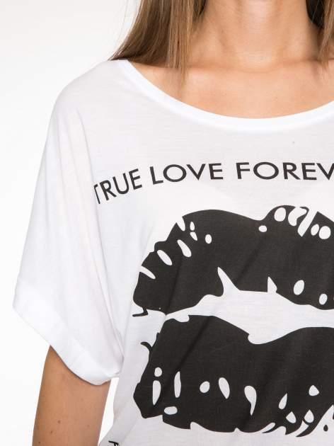 Biały t-shirt z nadrukiem ust i napisem TRUE LOVE                                  zdj.                                  6