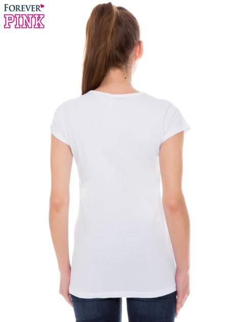 Biały t-shirt z nadrukiem w amerykańskim stylu                                  zdj.                                  3