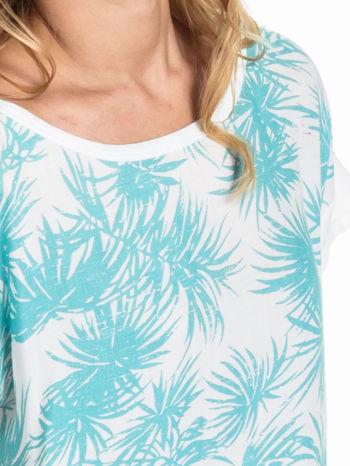 Biały t-shirt z nadrukiem w palmy                                  zdj.                                  4