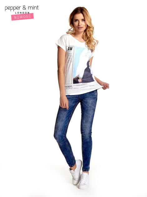 Biały t-shirt z nadrukiem w stylu fashion i zaokrąglonym dołem                                  zdj.                                  7