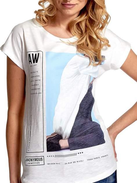 Biały t-shirt z nadrukiem w stylu fashion i zaokrąglonym dołem                                  zdj.                                  5