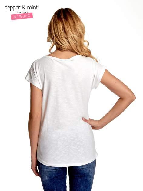 Biały t-shirt z nadrukiem w stylu fashion i zaokrąglonym dołem                                  zdj.                                  4