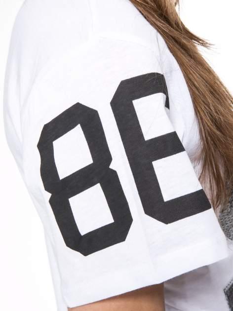 Biały t-shirt z nadrukiem z cekinami                                  zdj.                                  11
