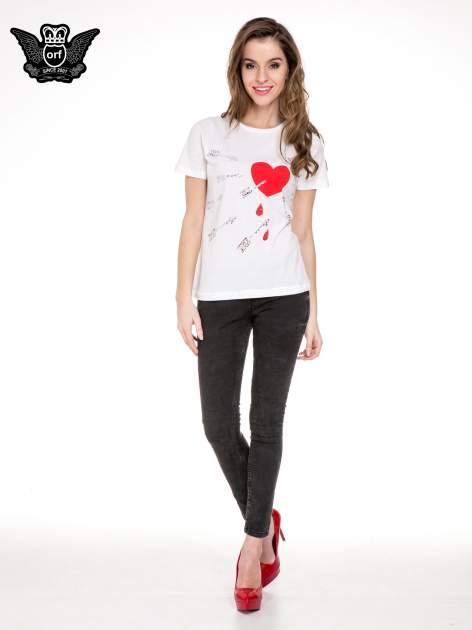 Biały t-shirt z nadrukiem złamanego serca                              zdj.                              2
