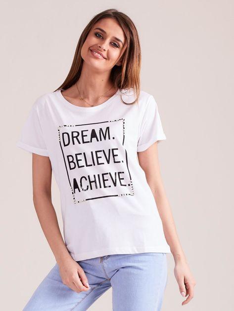 Biały t-shirt z napisami i perełkami                              zdj.                              1