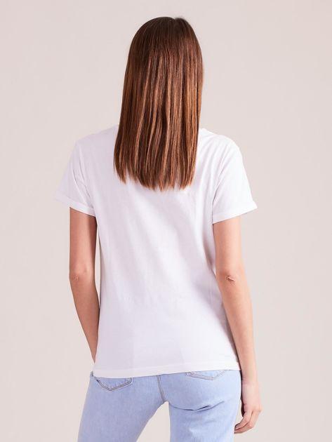 Biały t-shirt z napisami i perełkami                              zdj.                              2