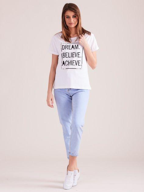 Biały t-shirt z napisami i perełkami                              zdj.                              4