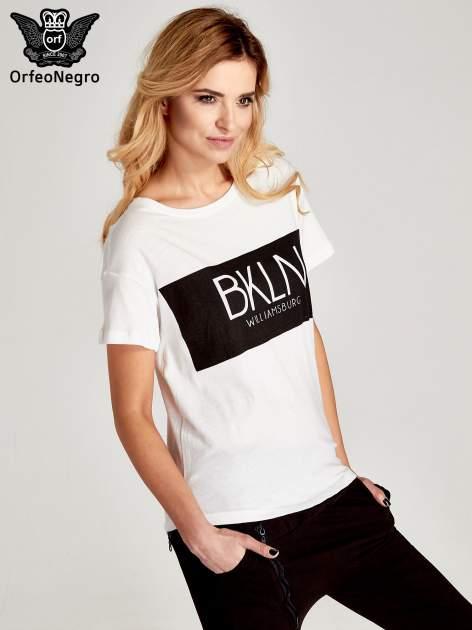 Biały t-shirt z napisem BKLN WILLAMSBURG                                  zdj.                                  3