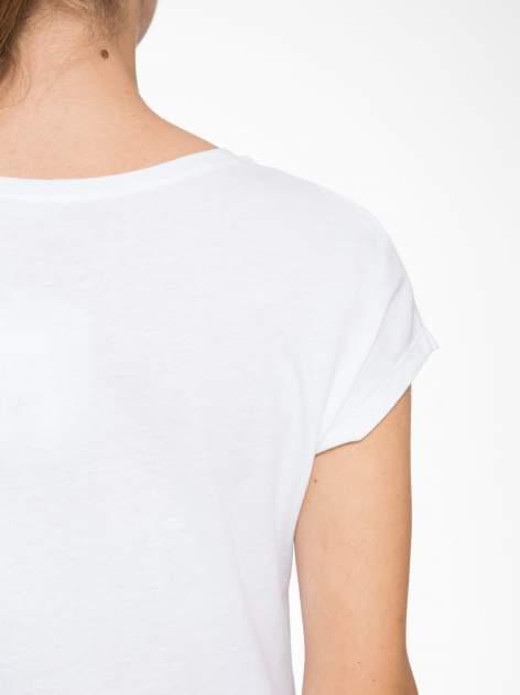 Biały t-shirt z napisem EVERYTHING HAPPENS FOR A REASON                                  zdj.                                  8