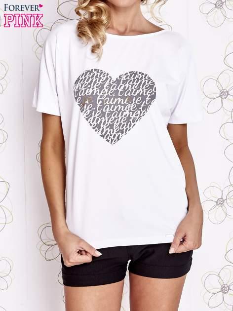 Biały t-shirt z napisem JE T'AIME i dekoltem na plecach                                  zdj.                                  1