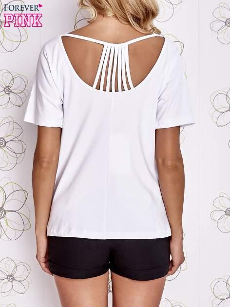Biały t-shirt z napisem JE T'AIME i dekoltem na plecach                                  zdj.                                  4