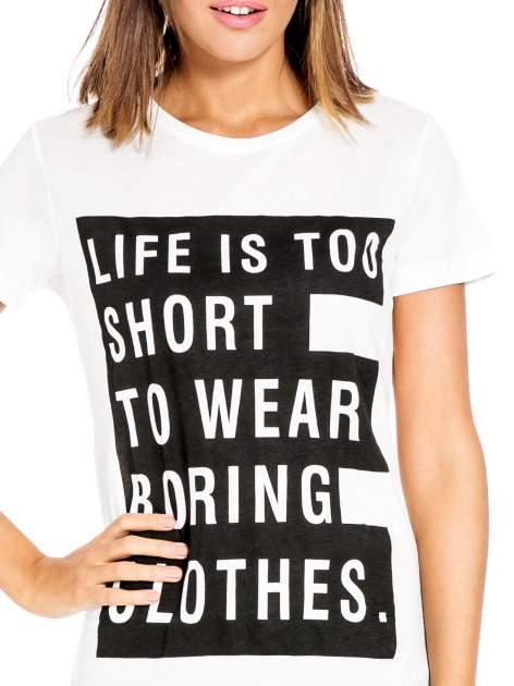 Biały t-shirt z napisem LIFE IS TOO SHORT TO WEAR BORING CLOTHES                                  zdj.                                  5