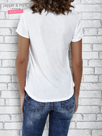 Biały t-shirt z napisem PATCH ME                                  zdj.                                  4