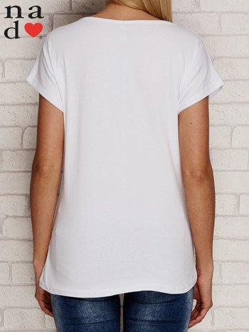 Biały t-shirt z napisem PIĘKNA MŁODA NIEWYSPANA