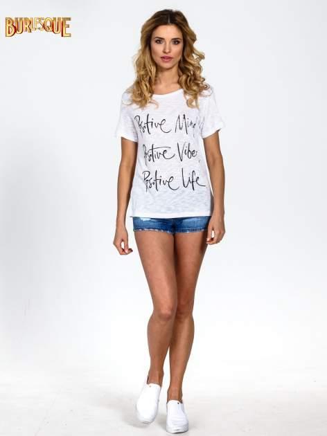 Biały t-shirt z napisem POSITIVE MIND z dżetami                                  zdj.                                  6