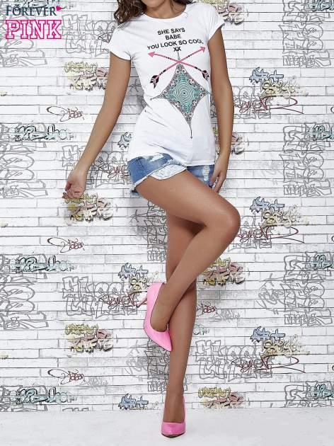 Biały t-shirt z napisem SHE SAYS BABE YOU LOOK SO COOL XX                                  zdj.                                  2