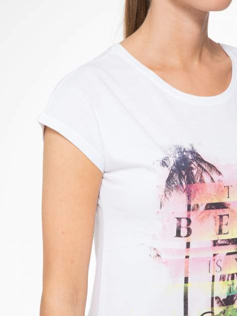 Biały t-shirt z napisem THE BEST IS YET TO COME                                  zdj.                                  5