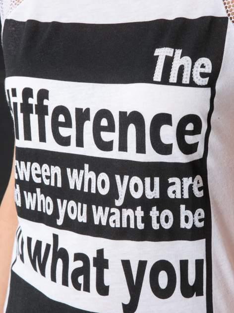 Biały t-shirt z napisem i siateczkowymi rękawami                                  zdj.                                  7