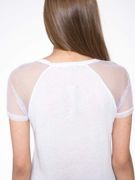 Biały t-shirt z napisem i siateczkowymi rękawami                                  zdj.                                  9