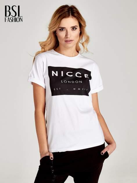 Biały t-shirt z napisem w minimalistycznym stylu NICCE LONDON