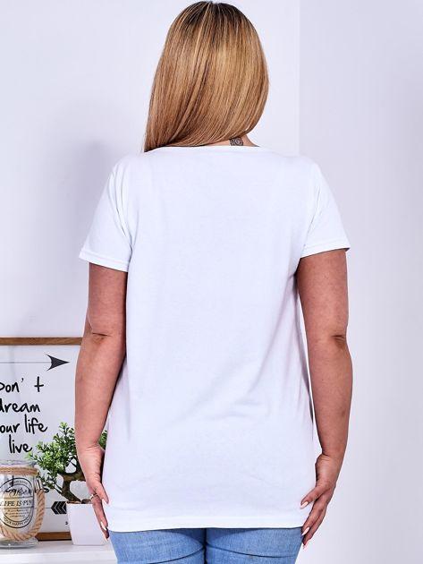 Biały t-shirt z napisem z dżetów PLUS SIZE                              zdj.                              2