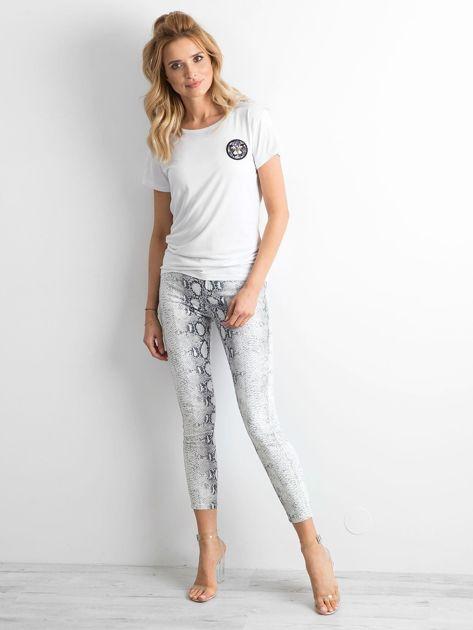 Biały t-shirt z naszywką                              zdj.                              4