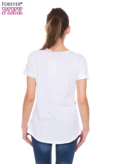 Biały t-shirt z niebieskim nadrukiem roślinnym                                  zdj.                                  3