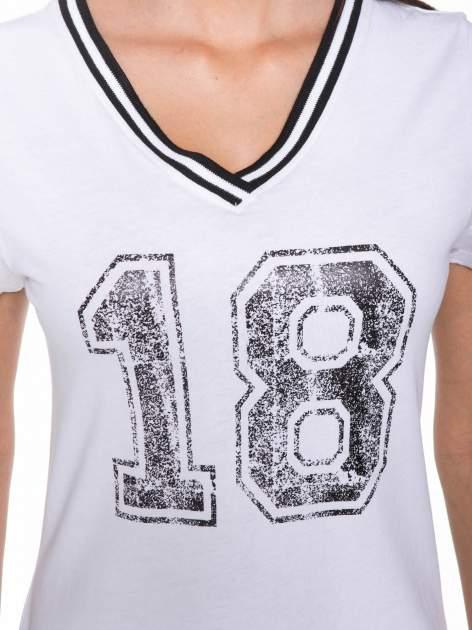 Biały t-shirt z numerem i sportową lamówką w stylu college                                  zdj.                                  7