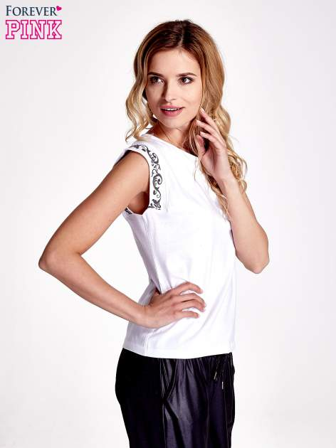 Biały t-shirt z ornamentem na rękawach                                  zdj.                                  3