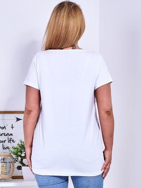Biały t-shirt z perełkami PLUS SIZE                              zdj.                              2